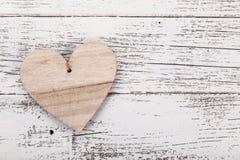 Состав сердца на ` s валентинки, ` s матери или ` s женщин день Деревянные сердца на старом белом столе стоковое изображение rf