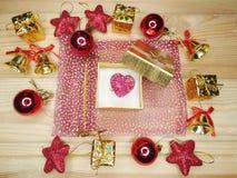 Состав сердца подарка рождества на деревянной предпосылке Стоковая Фотография