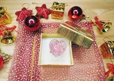 Состав сердца подарка рождества на деревянной предпосылке Стоковое фото RF