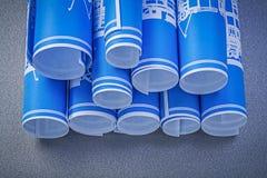 Состав сини свернул вверх по чертежам конструкции на задней части серого цвета Стоковые Изображения RF