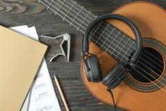 Состав создателя музыки на деревянной предпосылке стоковые фото