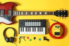 Состав создателя музыки на предпосылке цвета стоковая фотография rf