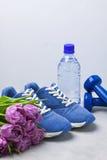 Состав спорта весны с голубыми тюльпанами пурпура гантелей Стоковая Фотография RF
