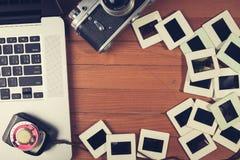 Состав старых камеры фото, компьтер-книжки и фото сползает Стоковые Изображения RF