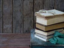 Состав стога старых книг и стекел на деревянной предпосылке сбор винограда структуры фото абстрактной предпосылки однотиповый Взг Стоковое Изображение