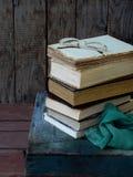 Состав стога старых книг и стекел на деревянной предпосылке сбор винограда структуры фото абстрактной предпосылки однотиповый Стоковые Фото