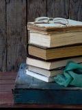 Состав стога старых книг и стекел на деревянной предпосылке сбор винограда структуры фото абстрактной предпосылки однотиповый Стоковое Изображение