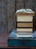 Состав стога старых книг и стекел на деревянной предпосылке сбор винограда структуры фото абстрактной предпосылки однотиповый Взг Стоковая Фотография