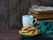Состав стога старых книг, чашек чая, стекел и плит печений сахара на деревянной предпосылке сбор винограда структуры фото абстрак Стоковое Изображение