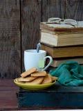 Состав стога старых книг, чашек чая, стекел и плит печений сахара на деревянной предпосылке сбор винограда структуры фото абстрак Стоковые Фотографии RF