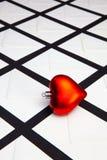 Состав с белыми конвертами и красным сердцем стоковая фотография rf