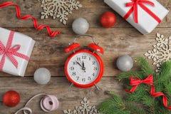 Состав с будильником на деревянной предпосылке christmas countdown Стоковое Фото