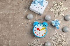 Состав с будильником, подарками и украшениями на серой предпосылке christmas countdown Стоковые Фото