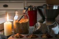 Состав с булочками, желтый сахарный песок домашней выпечки тематический, glowin стоковые фотографии rf