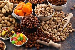 Состав с высушенными плодоовощами и сортированными гайками Стоковые Изображения RF
