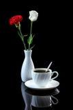 Состав с гвоздикой чашки кофе, белой розы и красного цвета дальше Стоковое Фото
