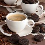 Состав с кофейной чашкой и вкусными печеньями стоковые фото