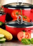 Состав с красными стальными баками и разнообразием свежих овощей стоковая фотография