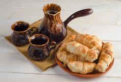 Состав с круассанами, комплект кофе на деревянном столе Стоковое фото RF