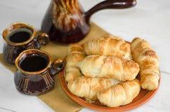 Состав с круассанами, комплект кофе на деревянном столе Стоковая Фотография