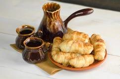 Состав с круассанами, комплект кофе на деревянном столе Стоковые Фото