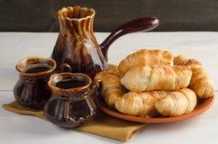 Состав с круассанами, комплект кофе на деревянном столе Стоковая Фотография RF