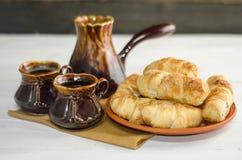 Состав с круассанами, комплект кофе на деревянном столе Стоковое Фото