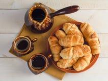 Состав с круассанами, комплект кофе на деревянном столе Стоковые Фотографии RF