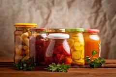 Состав с опарниками замаринованных овощей. стоковая фотография