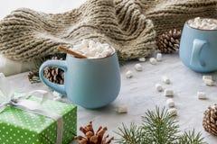 Состав с подарочными коробками, циннамон праздника рождества и Нового Года уютный, шарф, конус сосны, кружки с какао или стоковое фото