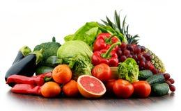 Состав с разнообразием свежих овощей и плодоовощей стоковое фото rf
