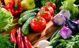 Состав с разнообразием свежих органических овощей и плодоовощей стоковые фотографии rf