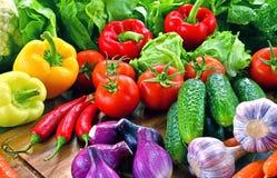 Состав с разнообразием свежих органических овощей и плодоовощей стоковое изображение rf