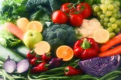 Состав с разнообразием сырцовых органических овощей и плодоовощей стоковое фото rf