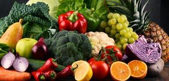 Состав с разнообразием сырцовых органических овощей и плодоовощей стоковое фото