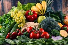 Состав с разнообразием сырцовых органических овощей и плодоовощей стоковая фотография rf
