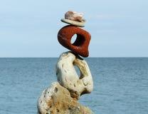 Состав с различными камнями и морем стоковая фотография