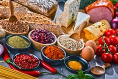 Состав с сортированными пищевыми продуктами натуральных продуктов на таблице Стоковые Фото