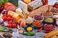 Состав с сортированными пищевыми продуктами натуральных продуктов на таблице Стоковое фото RF