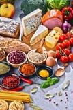 Состав с сортированными пищевыми продуктами натуральных продуктов на таблице Стоковая Фотография
