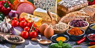 Состав с сортированными пищевыми продуктами натуральных продуктов на таблице Стоковое Изображение RF