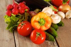 Состав с сортированным сырцовым органическим деревянным столом овощей Стоковая Фотография