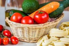 Состав с сырцовыми макаронными изделиями, овощами и оливковым маслом Стоковые Фотографии RF