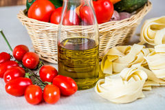 Состав с сырцовыми макаронными изделиями, овощами и оливковым маслом Стоковые Изображения