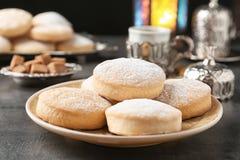 Состав с традиционными печеньями на исламские праздники стоковое фото rf