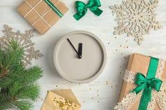 Состав с часами, подарками и украшениями на деревянной предпосылке christmas countdown Стоковые Изображения