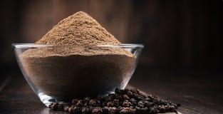 Состав с шаром земного черного перца на деревянном столе Стоковая Фотография RF