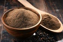 Состав с шаром земного черного перца на деревянном столе Стоковое Фото
