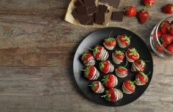 Состав с шоколадом покрыл клубники на деревянной предпосылке, взгляд сверху Стоковое Фото
