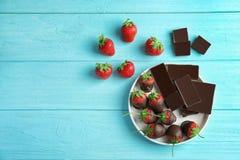 Состав с шоколадом покрыл клубники на деревянной предпосылке Стоковое Фото